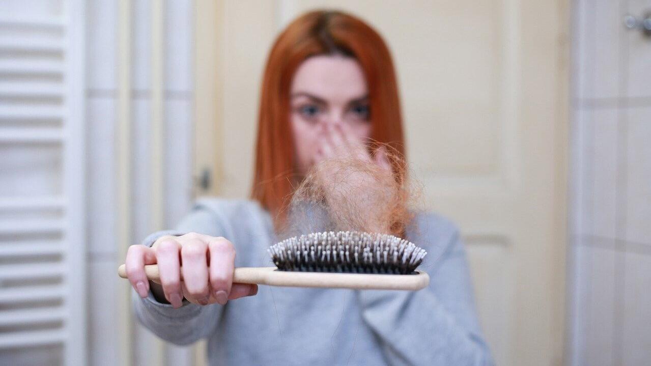 Szülés után igencsak gyakori a hajhullás.