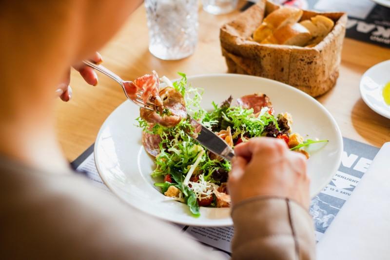 Miért a rost a hatékony diéta titka? Rostban gazdagan étkezik egy egészségtudatos ember.